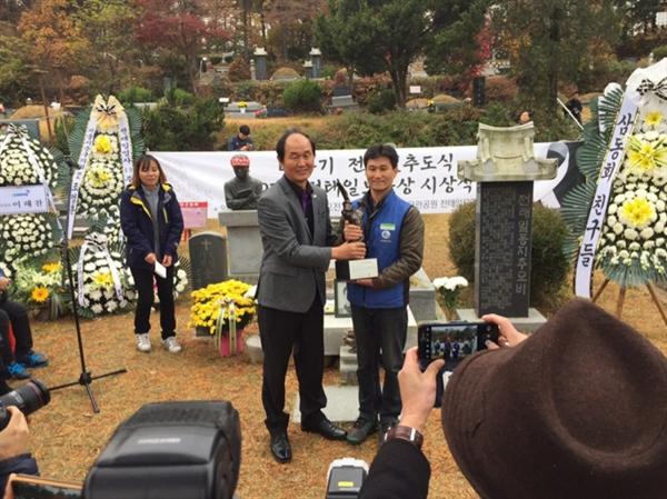 2019년 11월 전태일열사 묘역에서 열린 전태일노동상 수상식에서 상을 받고 있는 부산지하철노조 임은기 위원장.