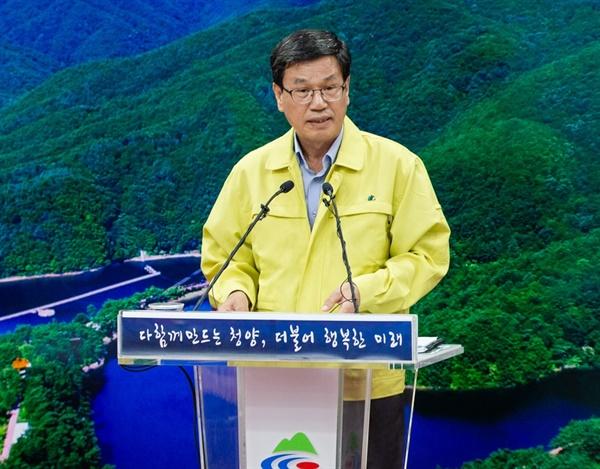 김돈곤 청양군수가 11일 열린 언론브리핑에서 재난기본소득과 관련한 군의 입장을 밝히고 있다.