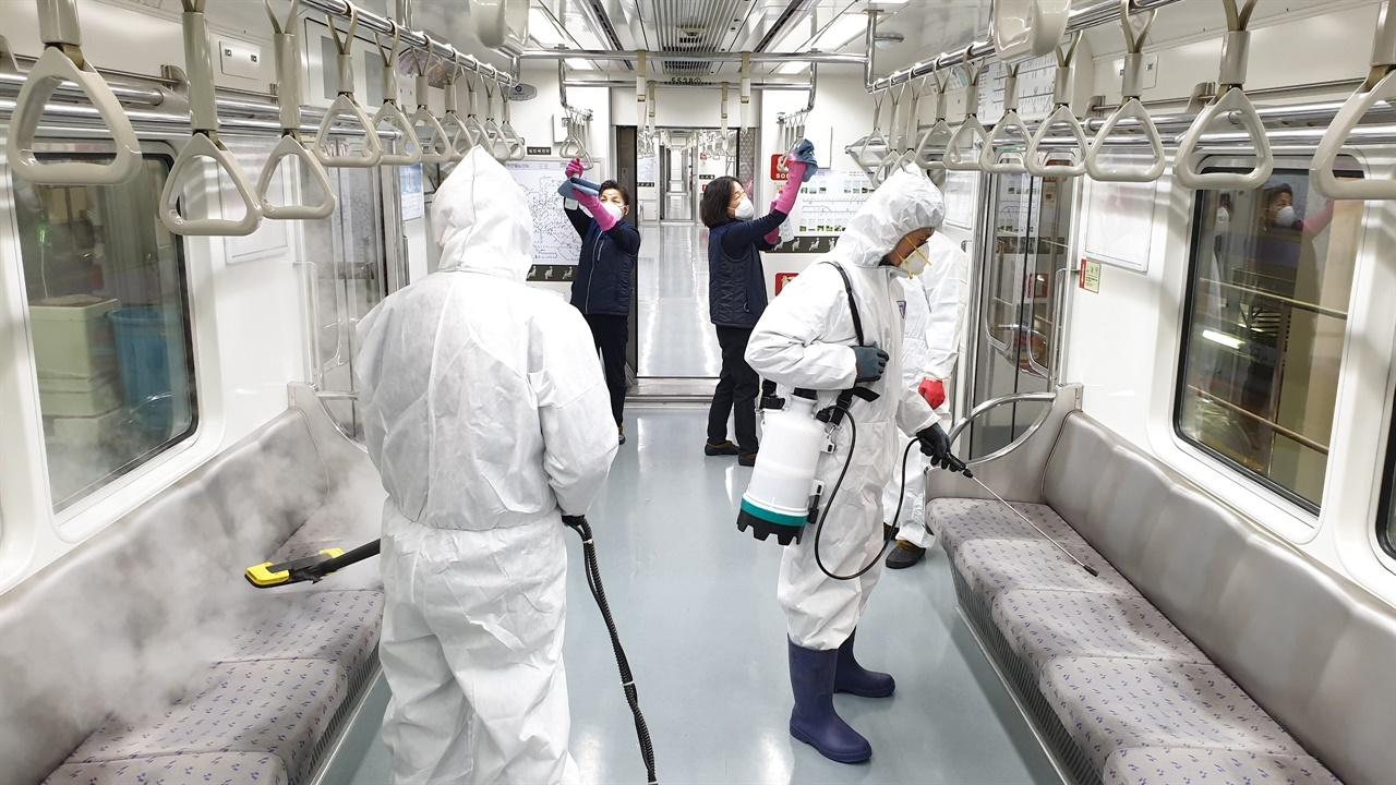 코로나19 감염예방을 위해 지하철 내부를 소독 중이다. 시민과 노동자 모두의 안전을 위한 방역조치는 필수적이다. 나아가 이 과정에서 노동자들이 감염되지 않게 충분한 안전보건조치를 취하는 것 또한 중요하다.