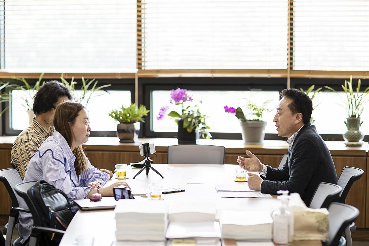 김홍성 화성시의회 의장  김홍성 화성시의회 의장을 지난달 26일 화성시의회 의장실에서 만났다. 그는 3선의원으로 책임감이 크다고 밝혔다.
