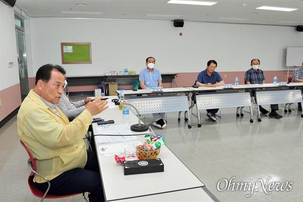 김영만 군위군수가 11일 군위 여성회관에서 '대구공항 통합이전 주민협의회'를 열고 공동후보지 불가 입장을 거듭 밝혔다.