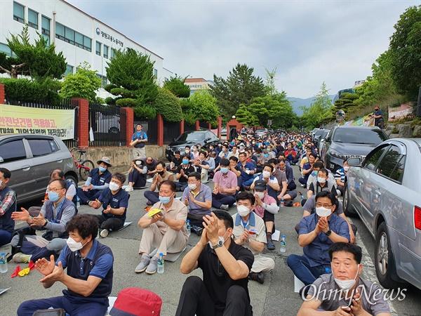 전국금속노동조합 경남지부 S&T중공업지회는 11일 늦은 오후 창원고용노동지청 앞에서 비정규직들과 함께 '원하청 공동 결의대회'를 열었다.