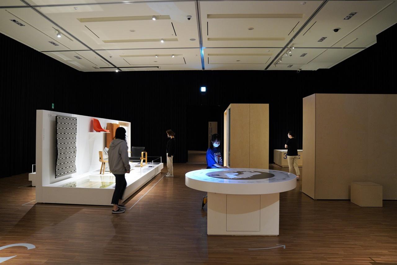 국립김해박물관에서 전시되는 <핀란드 디자인 10000년> 전시의 모습.