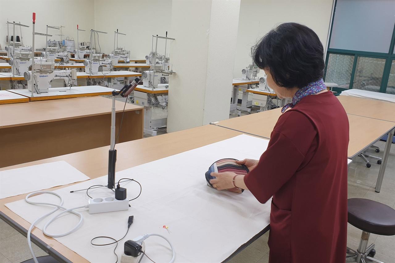 성남시 평생학습 프로그램 중 하나인 '홈패션' 강사가 온라인 수업 사전 녹화 중인 모습
