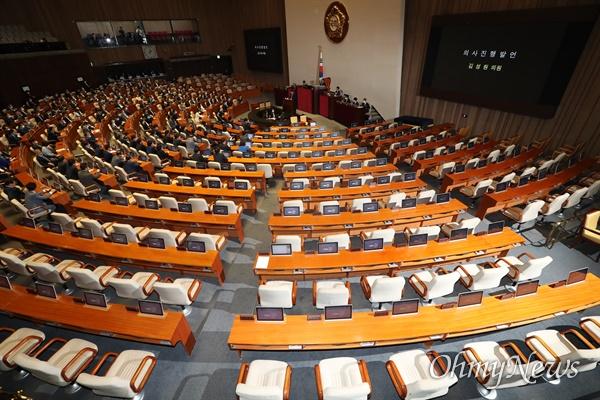 통합당 불참 속 반쪽 본회의 여야 원구성 합의 불발로 12일 국회 본회의에 미래통합당 의원들이 불참해 자리가 비어 있다. 미래통합당 김성원 원내수석부대표가 의사진행발언을 하고 있다.