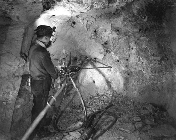 연화광산 갱내에서 광부가 착암기를 사용하여 바위에 구멍을 뚫고 있다.(1965년) 구멍에 폭약을 넣고 폭파한 후 부서진 광석을 광차에 싣고 갱 밖으로 운반한다. 연화광산 개발 초기 착암기 등 대부분의 장비는 미국이나 일본에서 수입되었다고 한다. 이후 영풍은 영풍빗트공업(영풍기계공업)을 설립하여 일본 고하(古河)광업과의 기술제휴를 통해 착암기를 생산했고 한국형 착암기도 개발했다.