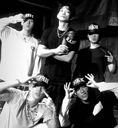 비가  박재범, 식케이(Sik-K), pH-1, 김하온(HAON)과 함께 뮤직비디오 현장에서 포즈를 취하고 있다.
