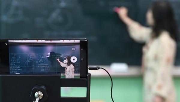 고3 온라인 수업. 지난달 9일 경남 거창의 한 고등학교 교실에서 고3 수학 온라인 수업이 진행되고 있다.