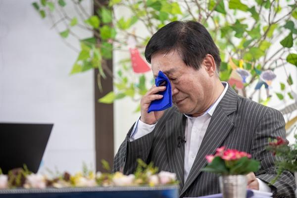 김재기(59.경기도 노인일자리지원센터 센터장)씨가 31년 전 이재명 경기도지사와 함께 광주·이천 노동법률상담소를 운영했던 상황을 얘기하다가 눈물을 닦고 있다.
