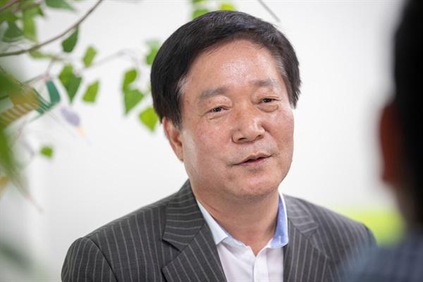김재기(59.경기도 노인일자리지원센터 센터장)씨가 31년 전 이재명 경기도지사와 함께 광주·이천 노동법률상담소를 운영했던 상황을 얘기하고 있다.