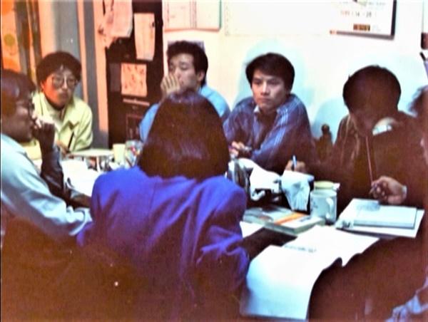1989년 흑석동 사무실에서 <파업전야> 기획회의를 하고 있는 장산곶매