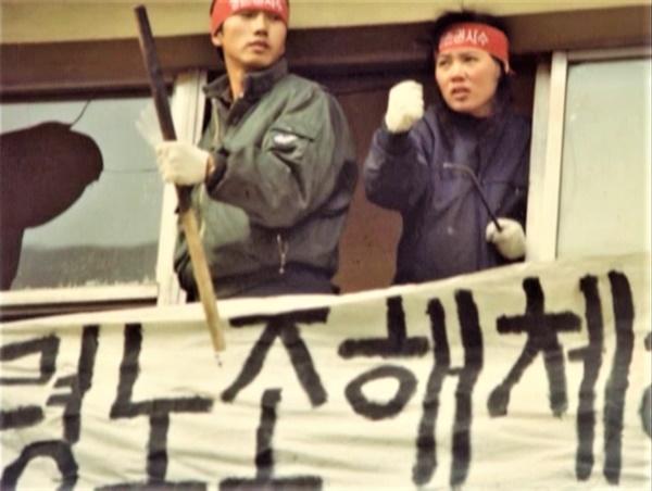 <파업전야>에 출연한 이은(제작자, 왼쪽)
