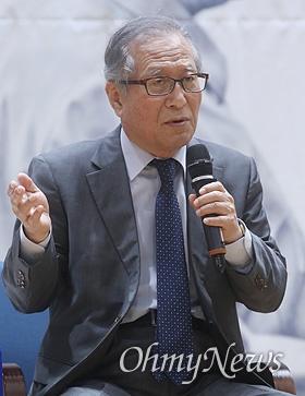 정세현 민주평통 수석부의장이 15일 오전 서울 여의도 국회 의원회관에서 열린 6.15 공동선언 20주년 더불어민주당 기념행사에서 '전쟁을 넘어 평화로' 주제로 토론을 하고 있다.