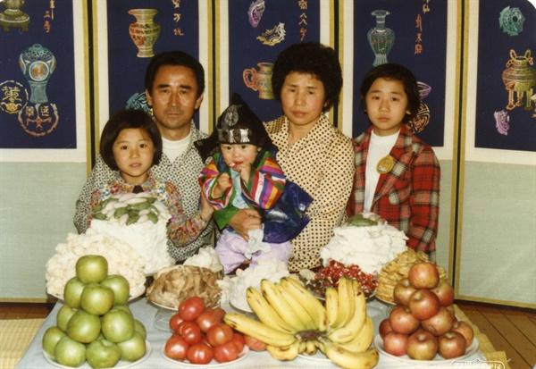 홍재희 감독 가족사진 홍재희 감독 가족사진. 아버지의 품에 안겨있는 딸이 홍 감독.