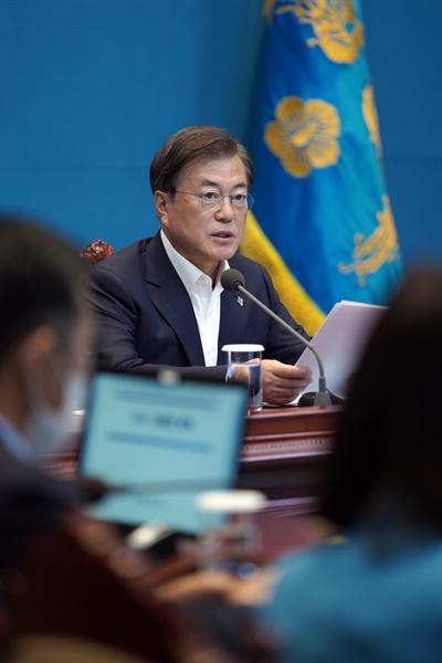 문재인 대통령이 15일 청와대에서 수석·보좌관 회의를 주재하고 있다.