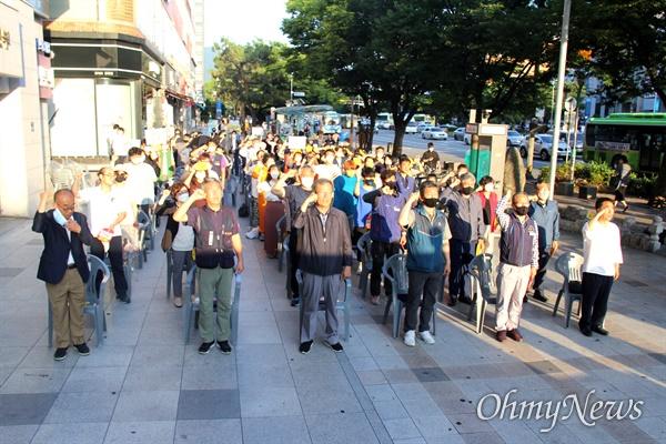 """6.15경남본부는 6월 15일 저녁 창원 정우상가 앞에서 """"6.15공동선언 20주년 기념식, 경남 반미자주대회""""를 열었다."""