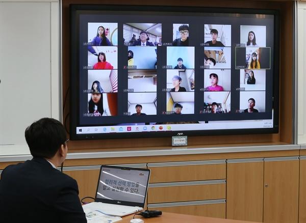 4월 16일 오후 울산시 북구 염포초등학교 6학년 한 교실에서 교사가 모니터에 뜬 학생들의 얼굴을 보며 쌍방향 온라인 수업을 진행하고 있다. 2020.4.16