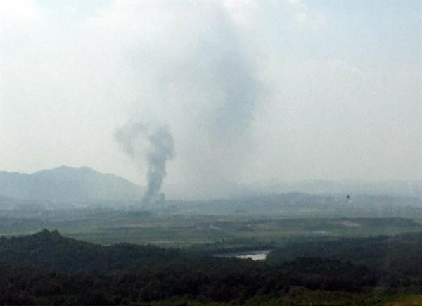 북한이 16일 오후 2시49분 개성 공동연락사무소 청사를 폭파한 것으로 알려진 가운데 검은 연기가 피어 오르고 있다.