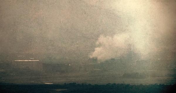 북한이 16일 오후 2시49분 개성 공동연락사무소 청사를 폭파한 것으로 알려진 가운데 경기도 파주시 접경지에서 바라본 개성공단 일대가 연기에 휩싸여 있다.