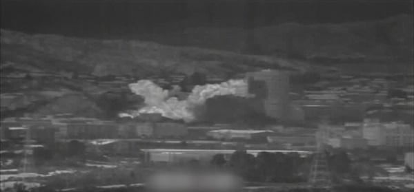 2020년 6월 16일 북한이 개성공단 내 남북 공동연락사무소 청사를 폭파하는 순간이 공개됐다. 국방부는 16일 오후 우리 군의 감시 장비로 포착한 영상을 공개했다. 이 영상에는 북한이 공동연락사무소를 폭파한 뒤 화염, 연기 등이 일어나는 모습이 담겨 있다. 이미지는 국방부 제공 영상을 갈무리한 것.