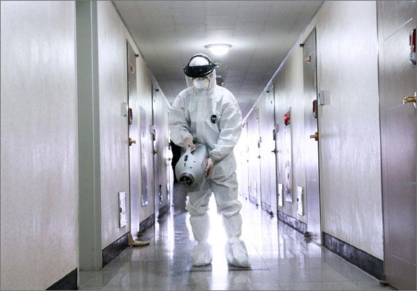 코로나19 확진자 발생에 따른 방역(소독)장면.