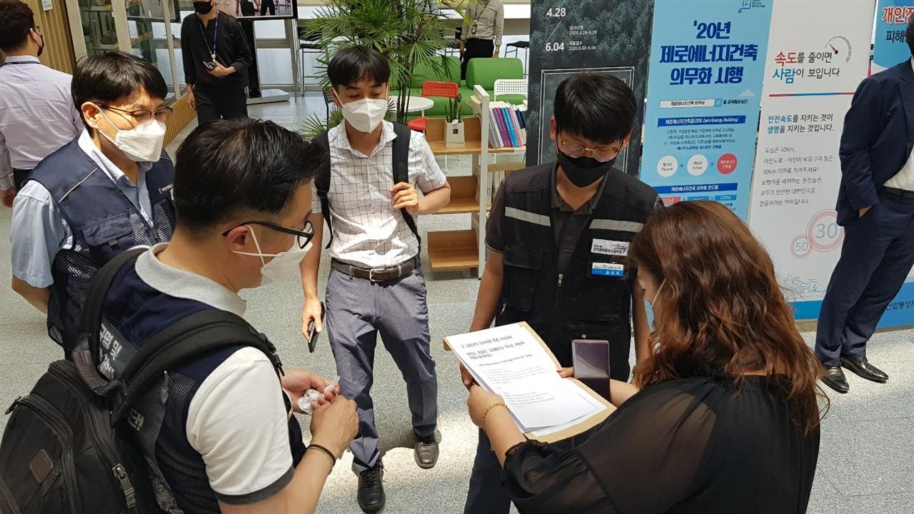 고 김용균의 동료 노동자들이 정부 관계자에게 요구안을 전달하고 있다.