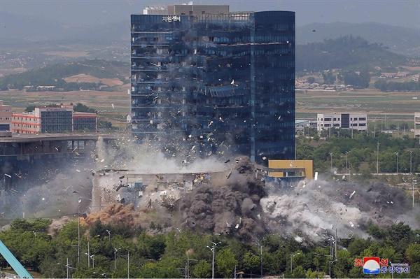 폭파되는 남북공동연락사무소 북한이 지난 16일 오후 2시 50분경 남북공동연락사무소를 폭파했다고 조선중앙통신이 17일 보도했다. 연락사무소 뒤쪽 15층짜리 개성공단 종합지원센터 외벽 유리창이 폭파 충격으로 부서지고 있다.