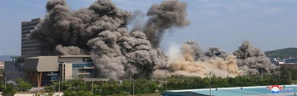 폭파되는 남북공동연락사무소 북한이 지난 16일 오후 2시 50분경 남북공동연락사무소를 폭파했다고 조선중앙통신이 17일 보도했다.