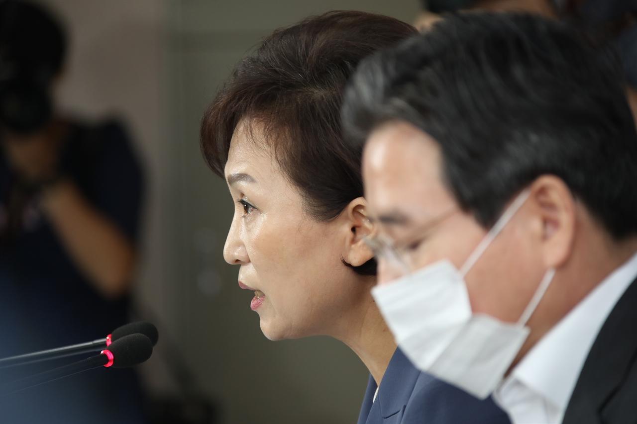 김현미 국토교통부 장관이 17일 정부서울청사 브리핑실에서 주택시장 안정을 위한 관리방안을 발표하고 있다.