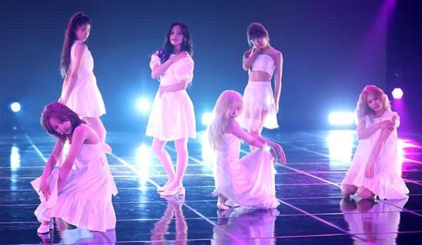 '네이처' 퓨어섹시한 향수춤 걸그룹 NATURE(네이처. 소희, 새봄, 루, 채빈, 하루, 유채, 선샤인)가 17일 오후 온라인으로 진행된 세 번째 싱글앨범 < NATURE WORLD: CODE M(네이처 월드: 코드 엠) > 발매 기념 쇼케이스에서 타이틀곡 '어린애 (Girls)'를 선보이고 있다. YG에서 독립한 작곡가 KUSH(쿠시)가 처음으로 걸그룹 곡 작업에 참여한 'NATURE WORLD: CODE M'은 지난해 11월 발매된 'NATURE WORLD: CODE A(네이처 월드: 코드 에이)'와 연결되는 'NATURE WORLD' 프로젝트의 두 번째 앨범이다.