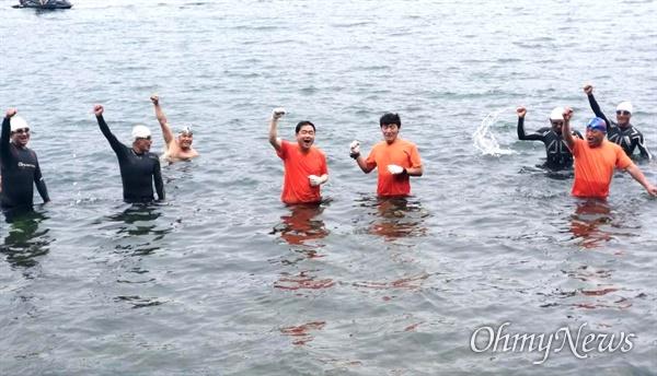 허성무 창원시장이 시민들과 함께 6월 17일 오후 마산 돝섬 앞 바다에서 수영을 했다.