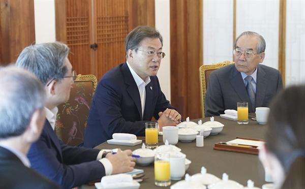 문재인 대통령이 17일 청와대 상춘재에서 전직 통일부 장관 및 원로들과 오찬에 앞서 대화하고 있다.