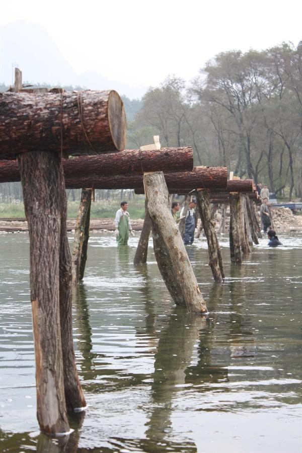 교각을 경간에 따라 강바닥에 배치하는 모습 완성된 교각들을 미리 정해 둔 경간에 따라 강바닥에 세워 배치하는 모습