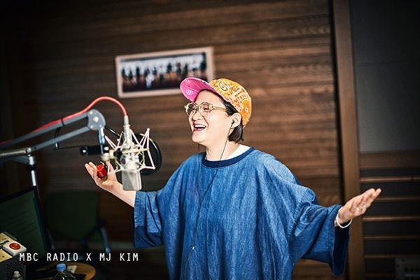 MBC FM4U '정오의 희망곡' DJ를 맡고 있는 김신영