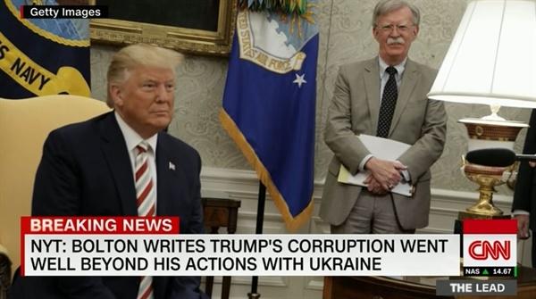 존 볼턴 전 미국 백악관 국가안보보좌관의 회고록 논란을 보도하는 CNN 뉴스 갈무리.