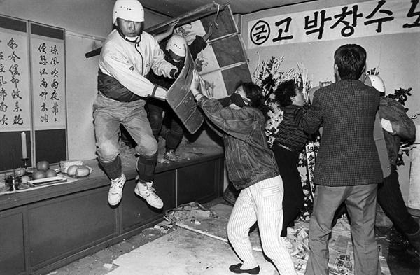 1991년 5월 7일 박창수 시신을 탈취하기 위해 백골단이 영안실벽을 뚫고 난입하고 있다.