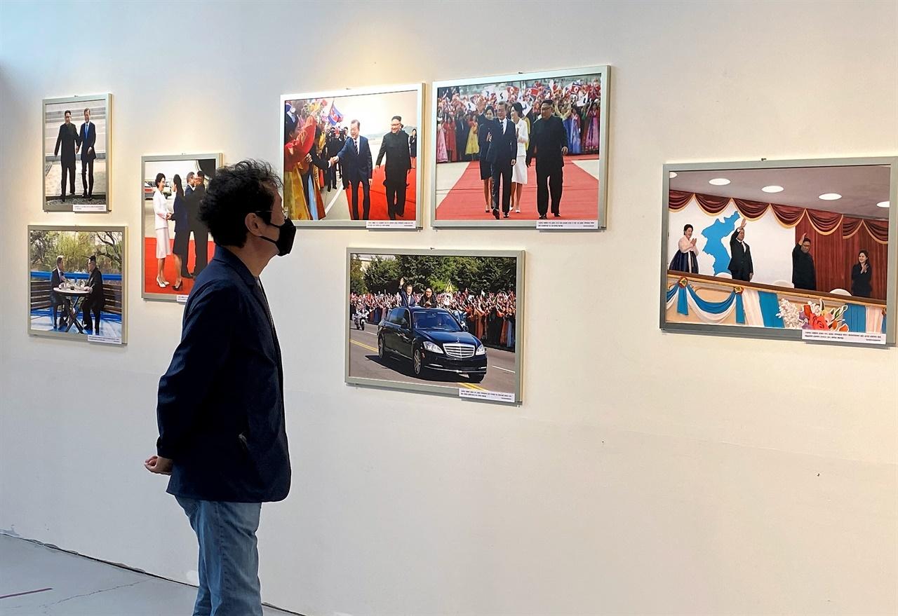 18일 강원도 평창 티롤갤러리에서 열리고 있는 6.15 남북공동선언 20주년 기념 '평화의 길, 빛나는 순간' 사진전을 둘러보고 있는 평창국제평화영화제 문성근 이사장
