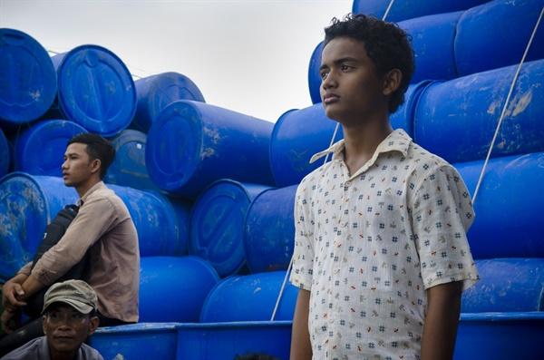 차크라(오른쪽)는 큰 돈을 벌고 싶어서 돈을 주고 태국으로 온다. 파인애플 공장에 갈 줄 알았지만 실제로 온 곳은 생선잡이 배였다.
