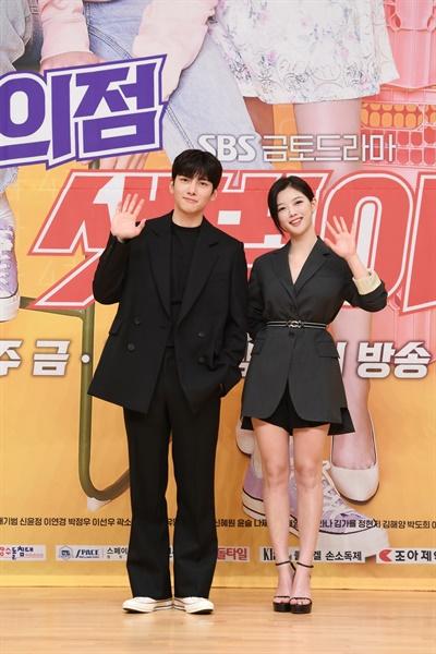 19일 오후 진행된 SBS 새 금토 드라마 <편의점 샛별이> 제작발표회 현장에서 배우 지창욱, 김유정이 카메라를 향해 포즈를 취하고 있다.
