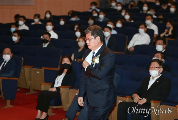 김연철 통일부장관이 19일 오후 정부서울청사 별관에서 열린 이임식에서 이임사를 하기 위해 연단으로 걸어가고 있다.