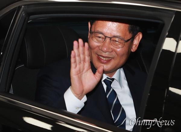 김연철 통일부장관이 19일 오후 정부서울청사에서 이임식을 마친 뒤 청사를 떠나며 직원들을 향해 손을 흔들어 인사하고 있다.