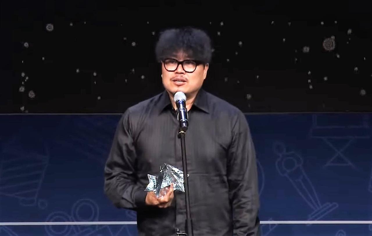 25회 춘사영화제 최우수감독상을 수상한 <봉오동 전투> 원신연 감독이 수상소감을 밝히고 있다.