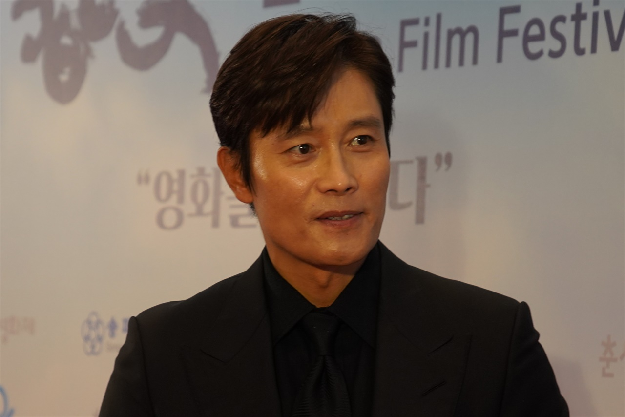 25회 춘사영화제 남우주연상을 수상한 이병헌 배우