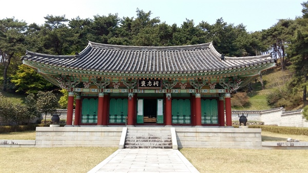 포충사에는 사당이 두 곳이다. 1601년에 후손들과 유생들이 세운 옛 사당과 1980년 유적 정화사업으로 지은 신 사당이 있다.
