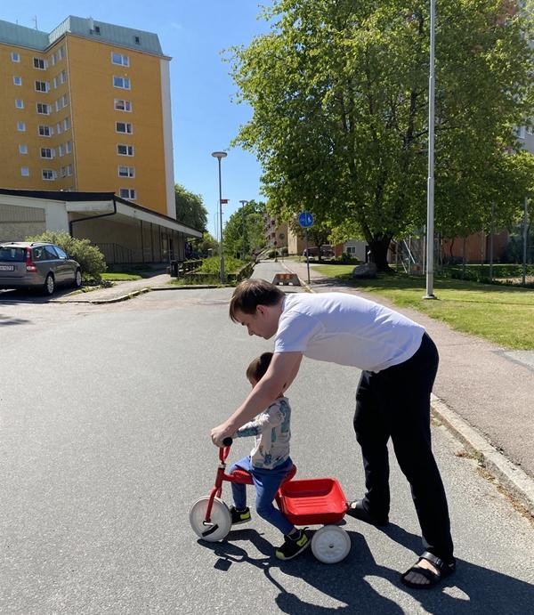 남편은 어른이 아이를 때릴 권리가 없으며, 아이를 보호해야 하는 의무만 있다고 말했다. 리암이가 자전거 타는 걸 도와주고 있는 남편.