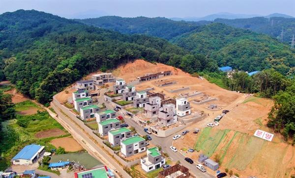 급경사 산지의 녹지축을 잘라내고 타운하우스가 건축되고 있다.(2020년6월 현재)