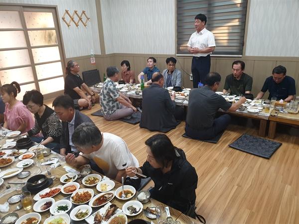 더불어민주당 합천지역 당원들은 6월 21일 한 식당에서 모임을 가졌다.