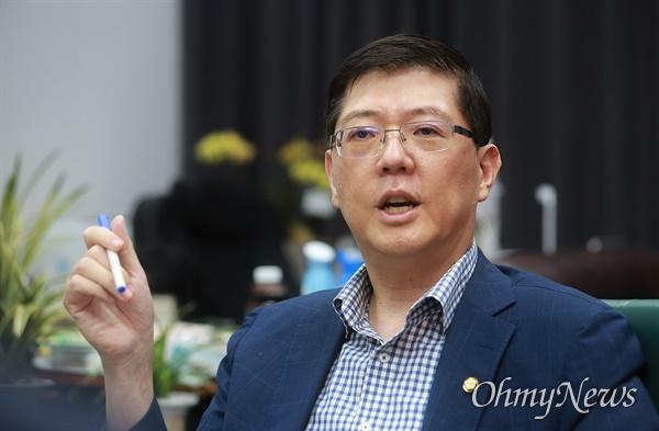 """김홍걸 더불어민주당 의원은 차기 통일부 장관에 대해 """"이 자리가 마지막 공직이 돼도 좋으니 과감하게 일을 저질러보겠다는 각오를 가진 정치인이면 좋을 것 같다""""고 말했다."""