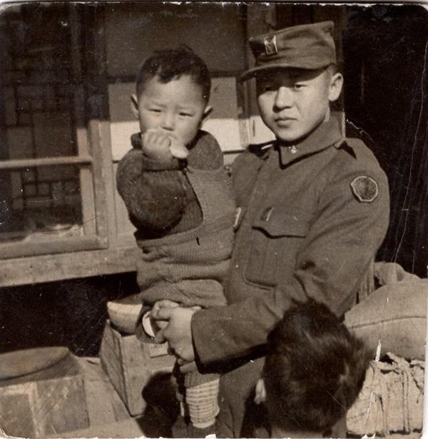 휴가를 나와 이웃의 아이를 안고 있는 이철옥 그가 월남한 뒤 전쟁이 터지면서 그는 고아가 되었다. 그 중에도 그는 주변 할머니, 아이들을 보살피려 애썼다.