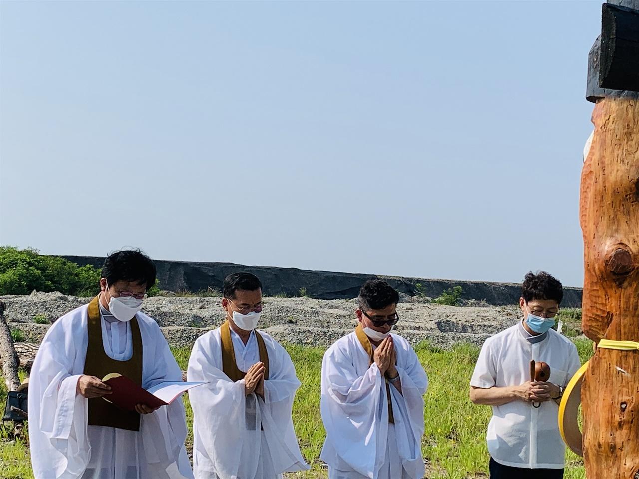 원불교환경연대는 21일(일) 오후 4시, 전북 부안군 하서면 백련리 해창 장승벌에서 새만금 생명평화 법회를 열고 해수유통을 통해 뭇 생명과 조화를 이루는 지속가능한 새만금사업 되도록 기원했다.